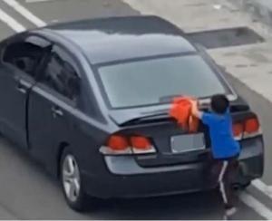 porta-mala1-300x244-300x244 Menino se pendura em carro para não ser abandonado