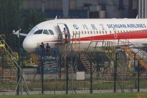 aviao-sichuan-airlines-300x200-300x200 Copiloto é parcialmente sugado para fora do avião