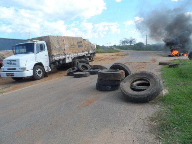camin Caminhoneiros bloqueiam trecho de rodovia que liga Monteiro a Sertânia. Protesto contra aumento do combustível