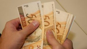 dinheiro4_USP-IMAGENS-696x391-2-1-300x169 Prefeitura de Monteiro realiza pagamento do funcionalismo nesta terça-feira