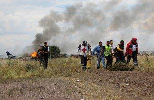acidente-méxico-300x196 Passageira de avião que caiu no México fugiu por buraco