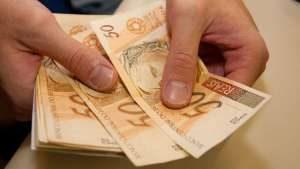 dinheiro_contando1-300x169 INSS começa a pagar primeira parcela do 13º