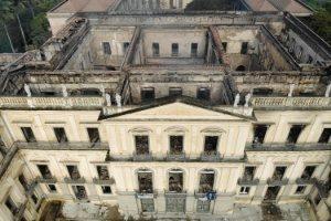 o-que-sobrou-do-museu-nacional-do-rio-1535974680494_300x200-300x200 Diretor do Museu Nacional evita estimar perdas após incêndio