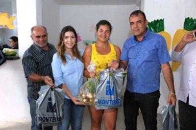SAM_7165-586x390 Ação social: Monteirenses recebem peixes e verduras para semana Santa