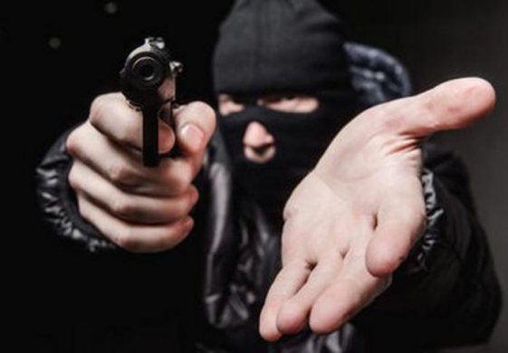assalto_jpg-696x484-561x390 Bandidos assaltam posto de combustíveis em Sertânia