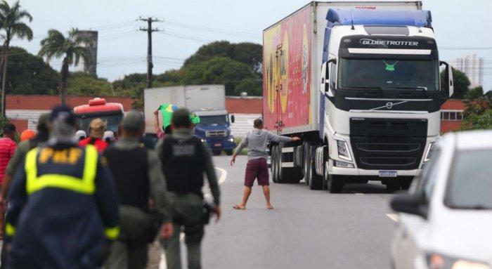 f457d3dbea_caminhoneiros-700x383 Acordo com caminhoneiros deve sair na semana que vem, diz ministro