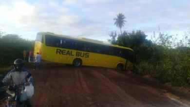 Ônibus da real perde o controle e fica atravessado próximo a cidade de Prata 1
