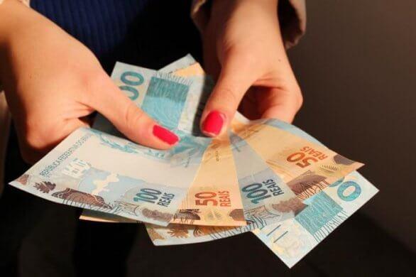 dinheiro3_USP-IMAGENS-696x463-1-586x390 Caixa e BB iniciam pagamento de cotas do PIS/Pasep neste mês
