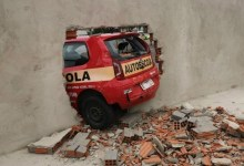 Ao fazer baliza em prova, motorista derruba muro do Detran 23
