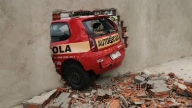 Ao fazer baliza em prova, motorista derruba muro do Detran 1