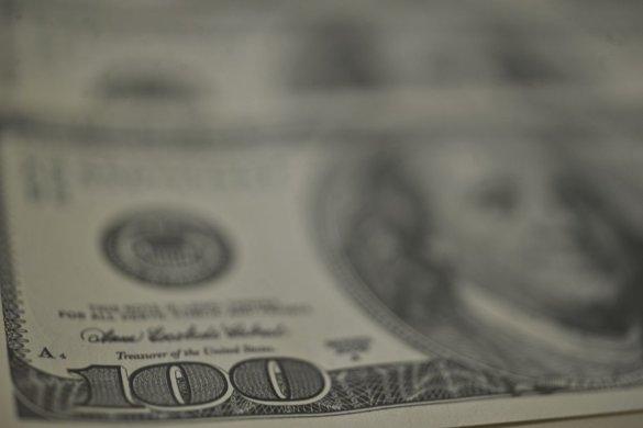 DOLAR-585x390 Dólar tem maior queda em quase dois meses e bolsa bate recorde