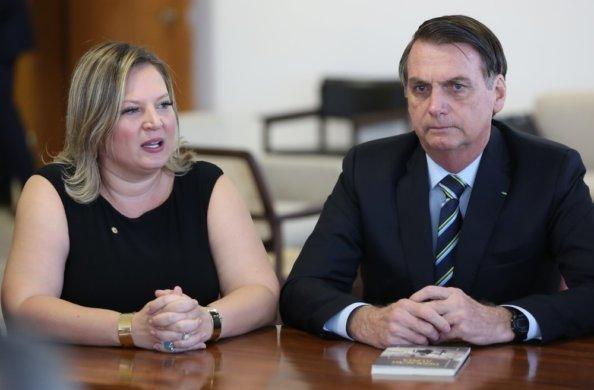 joice-e-bolsonaro-594x390 Bolsonaro substitui Joice Hasselmann da liderança do governo no Congresso