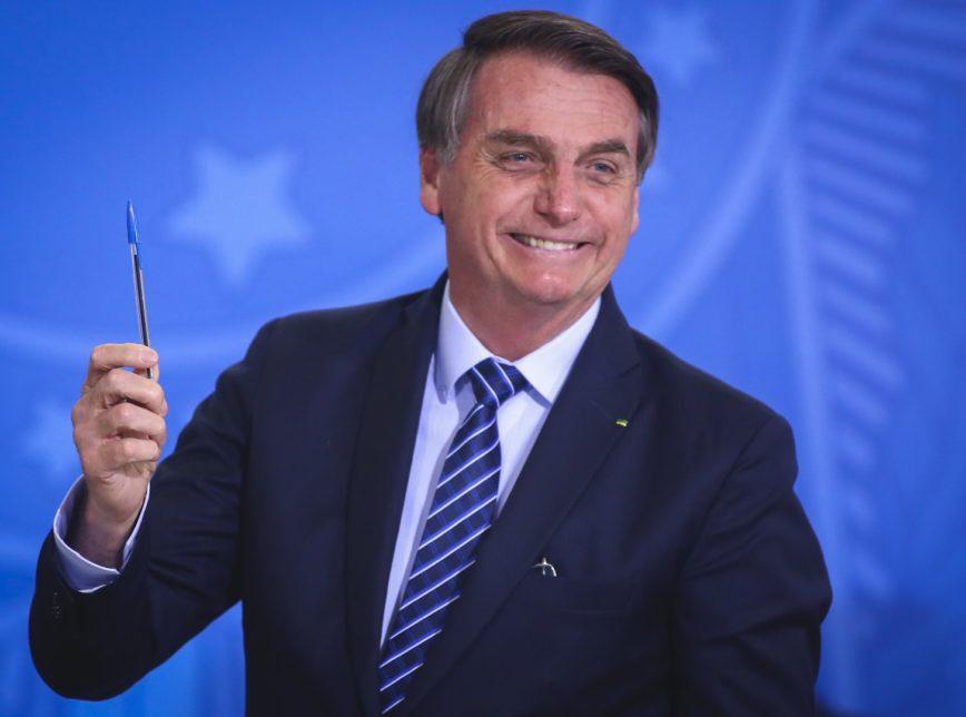 bolsonaro.caneta.29.ago_.2019.sergio.lima_-868x644-1 Bolsonaro telefona para Putin para discutir compra e produção de vacina Sputnik V