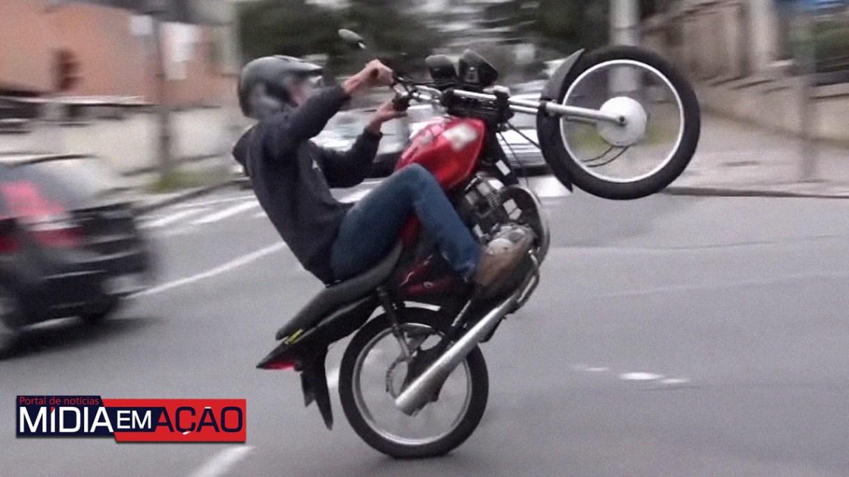empinando-moto-510165 Menor é conduzido a DP após ser flagrado empinando moto no centro de Sertânia