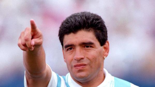 diego-maradona-com-a-camisa-da-selacao-argentina-na-copa-de-1994-1604515915668_v2_900x506 Morre Diego Maradona após parada cardiorrespiratória.