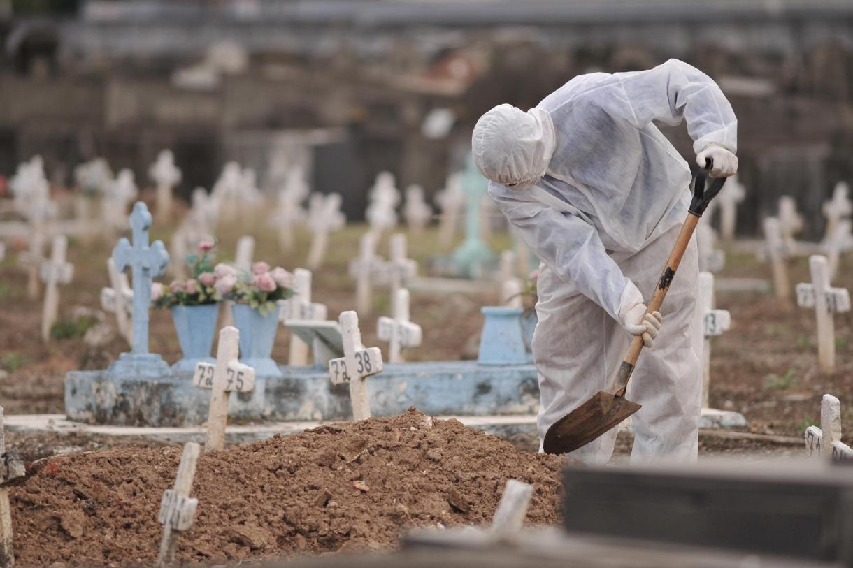 28mai2020-enterro-de-vitimas-de-coronavirus-no-cemiterio-do-caju-sao-francisco-xavier-no-rio-de-janeiro-1590703080744_v2_1920x1280-1 Brasil tem maior número de mortes por Covid desde 4 de agosto, mostra consórcio de imprensa