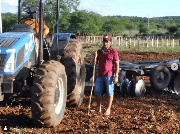 z Prefeitura Municipal de Prata segue beneficiando agricultores com aração de terras