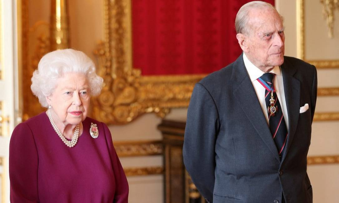 91665455_FILE-PHOTO-Britains-Queen-Elizabeth-and-Prince-Philip-Duke-of-Edinburgh-join-members-of-th Príncipe Philip teria morrido na cama, ao lado da rainha Elizabeth II, diz jornal
