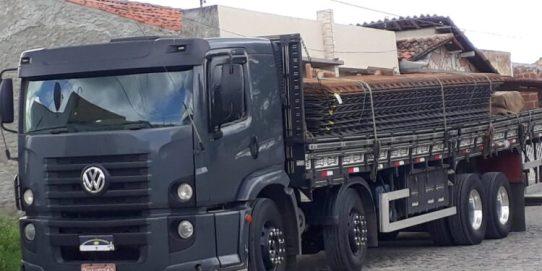 caminhao Caminhões roubados são recuperados nos municípios de Sertânia e Tuparetama no Pernambuco