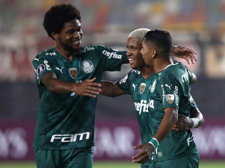 jogadores-do-palmeiras-comemoram-gol-contra-o-universitario-em-lima-pela-libertadores-1619054208609_v2_450x337 Palmeiras vence o Universitario com gol no último minuto