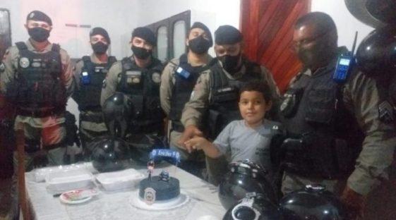 6ab9dee2-1b69-4e74-adee-f52dfda431c5-800x445-1 Policiais Militares fazem surpresa no aniversário de menino que sonha em ser policial na Paraíba