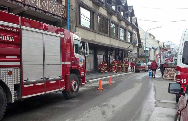 Los bomberos en Ushuaia frente a la Legislatura provincial - Foto: OPI Santa Cruz/Andrés Toledo