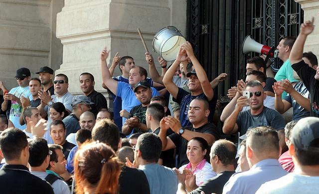 La policía de Santa Fe en su reclamo - Foto: Diario Clarín