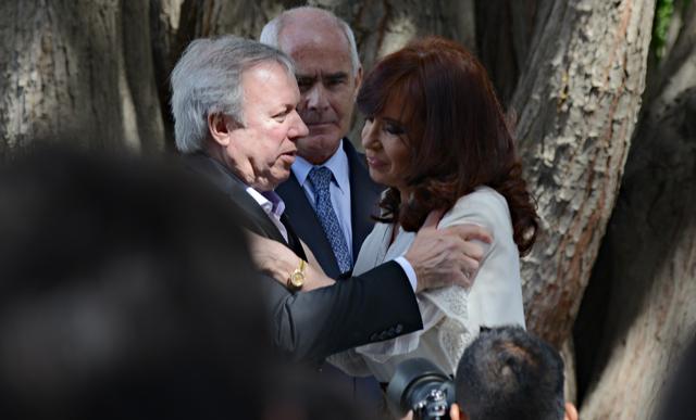 El saludo entra la Presidenta de la Nación y el Gobernador de Santa Cruz Daniel Peralta - Foto: OPI Santa Cruz/Francisco Muñoz