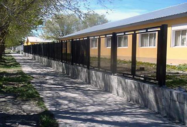 Las rejas construidas en la escuela N° 72 Pionero Del Sur en Perito Moreno por Goldcorp - Foto: Goldcorp