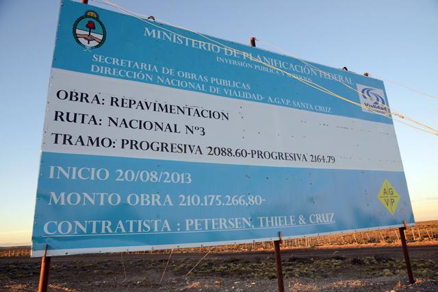 El cartel que anuncia la obra en la ruta Nº 3 en Santa Cruz - Foto: OPI Santa Cruz/Francisco Muñoz