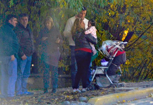 Cecilia Canisares cuando intentaba ser atendida por la Presidenta la custodia la para en la tranquera de la residencia Los Sauces en El Calafate - Foto: OPI Santa Cruz
