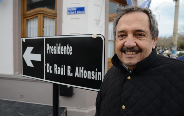 Ricardo Alfonsin junto al cartel nomenclador con el nombre de su padre - Foto: OPI Santa Cruz/Francisco Muñoz