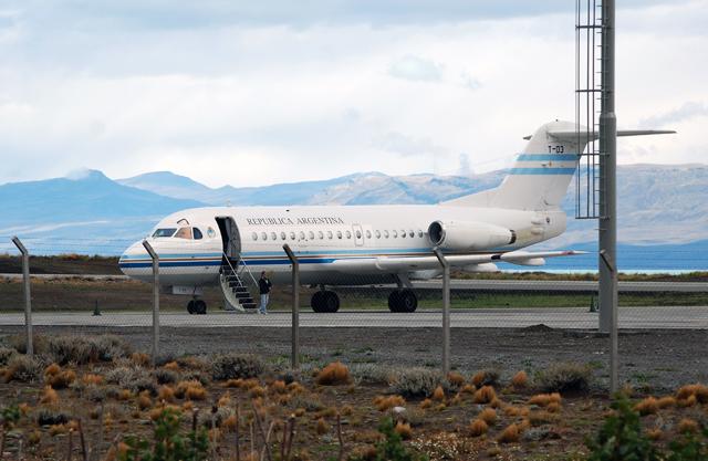 El T03 en el aeropuerto de El Calafate luego de bajar los diarios - Foto: OPI Santa Cruz/Francisco Muñoz