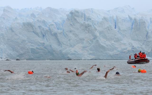 """Frente al Glaciar Perito Moreno se realizo el """"Winter Swimming festival"""" – Argentina 2014, participantes de todo el mundo fueron parte de esta fiesta - Foto: OPI Santa Cruz/Francisco Muñoz"""