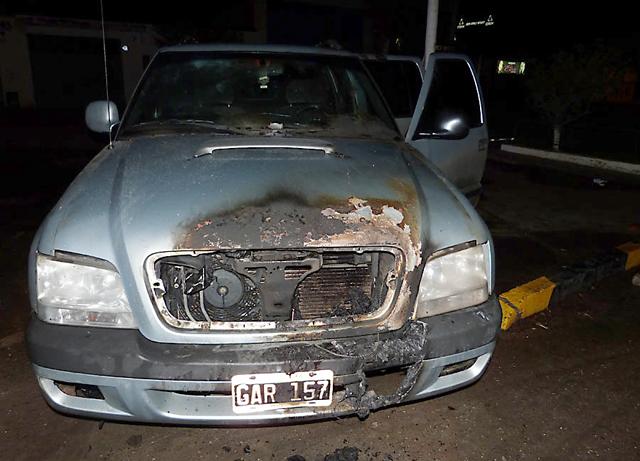 La camioneta incendiada de petroleros - Foto: Prensa petroleros