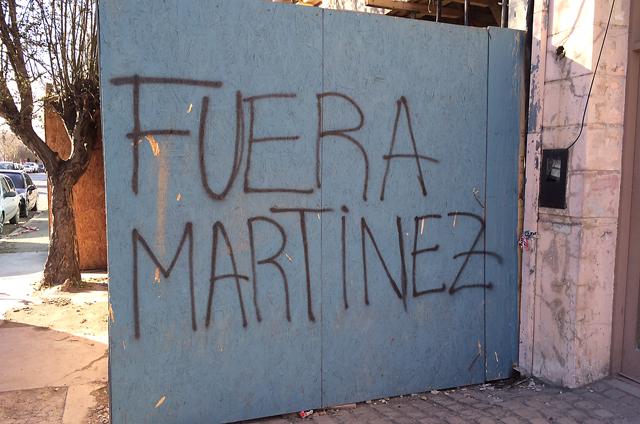 Fuera Martinez pintadas frente al edificio de Comercio del Municipio de Río Gallegos - Foto: OPI Santa Cruz/Francisco Muñoz