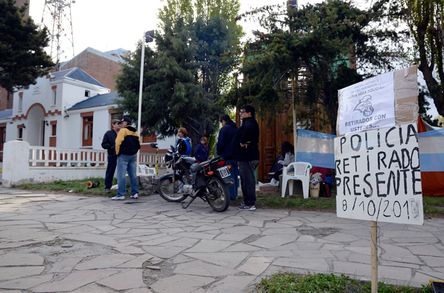 Retirados y familiares de policías acampan frente a la Jefatura de Policía - Foto: OPI Santa Cruz/Francisco Muñoz