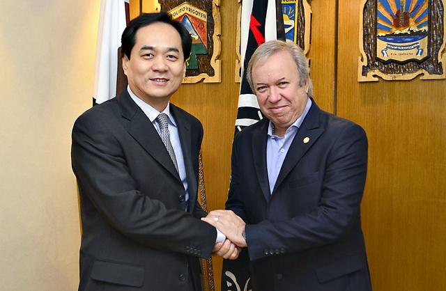 El Gobernador Peralta y el embajador de China confirmaron la construcción de las represas