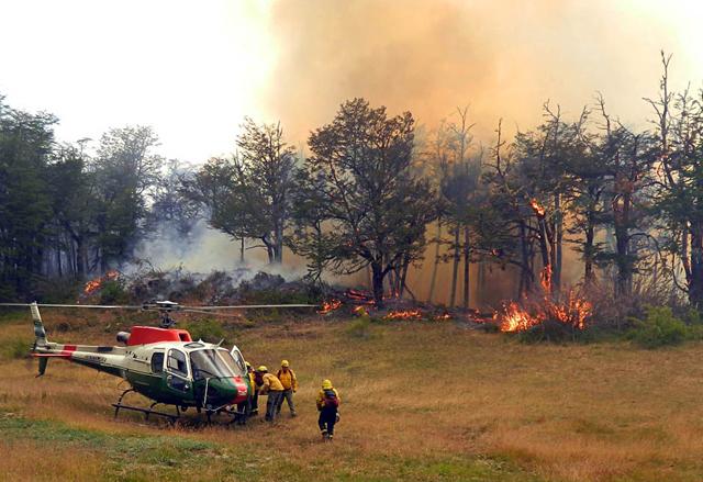 El fuego consume más de 1.000 Has por día en Chubut. Desbordado y sin control, solo se espera un cambio climático