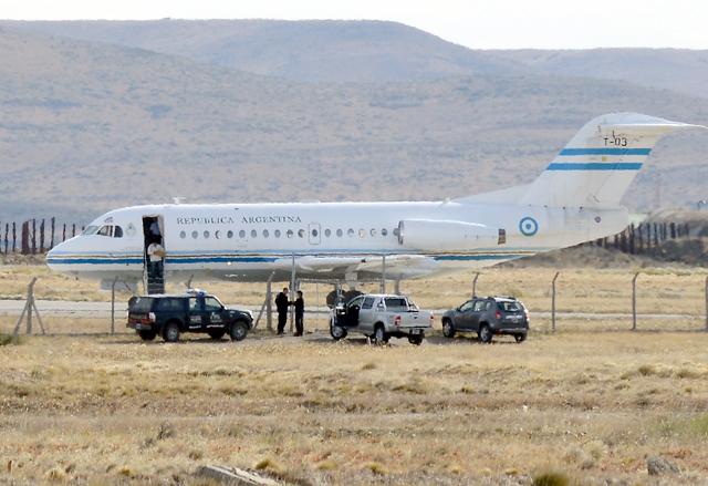 EL T03 mientras bajan los diarios del avión - Foto: OPI Santa Cruz/Francisco Muñoz