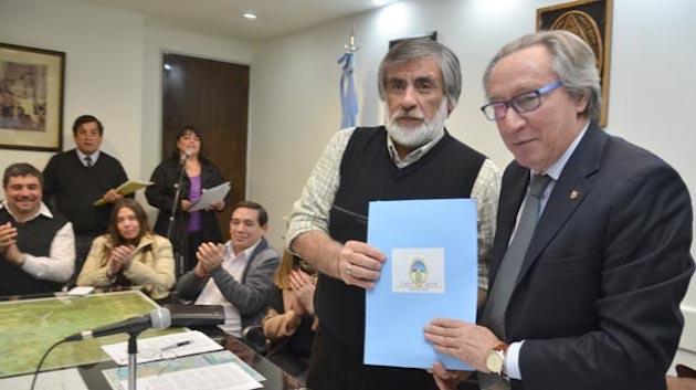 Córdoba y Di Salvo en la entrega del terreno en Caleta Olivia