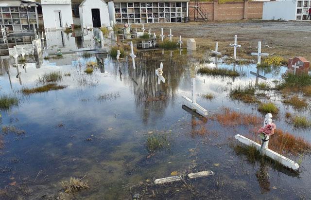 El cementerio de El Calafate está bajo agua. El municipio, se ufana de ser el más autosuficiente del país - Foto: UCR El Calafate