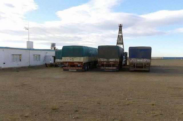 Mas camiones listos para descargar la mercadería - Foto: OPI Santa Cruz