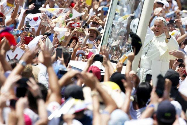 """""""¡La familia necesita un milagro!"""", clamó el Papa en su primera gran misa en español"""