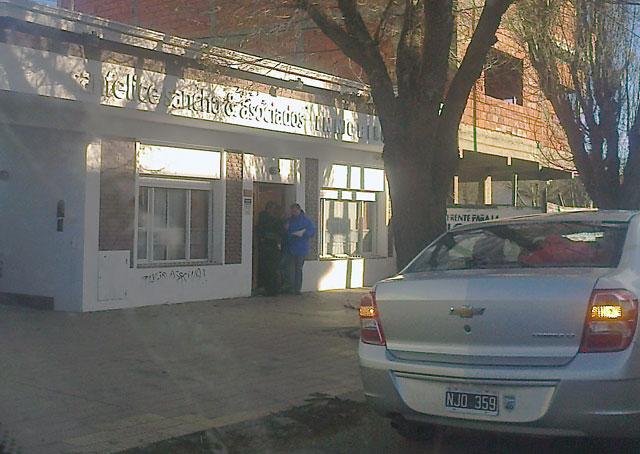 Mientras la presidenta se encuentra en Río Gallegos, funcionarios del Juez Bonadío ingresan a bancos, a inspeccionar sus negocios