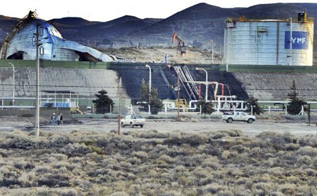 Un tanque de 2000 lts de YPF con petróleo y agua, colapsó, cayó e inundó tierras en Comodoro Rivadavia