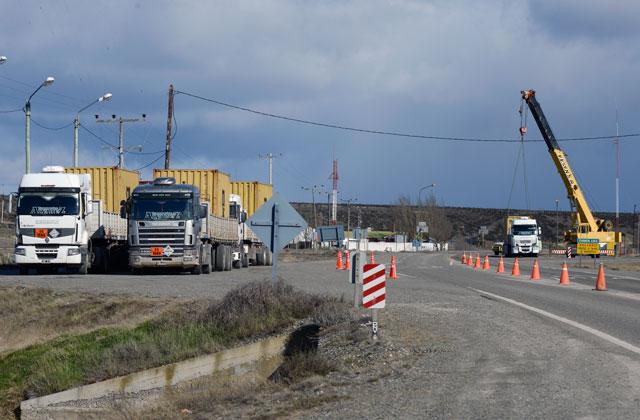 Los camiones de la empresa Transportes Álvarez en Chimen Aike – Foto: OPI Santa Cruz/Francisco Muñoz