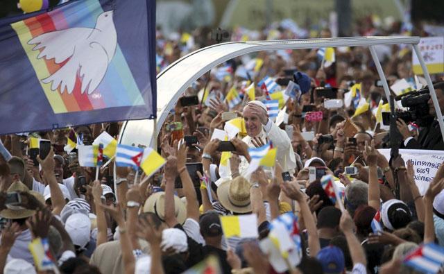 El Papa inicia su visita al interior cubano y mañana parte a EE.UU.