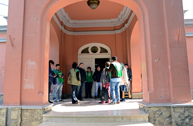 Los gremialistas de ATE en la Casa de Gobierno esta tarde - Foto: OPI Santa Cruz/Francisco Muñoz