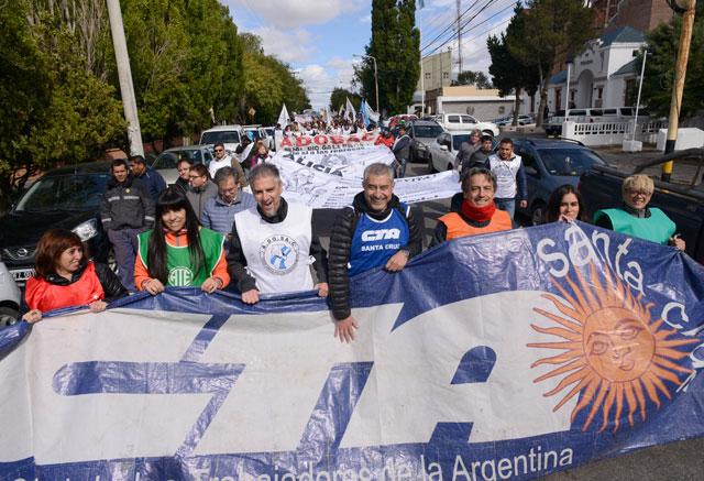 Los gremios estatales de Santa Cruz se movilizaron en Río Gallegos a casa de gobierno – Foto: OPI Santa Cruz/Francisco Muñoz